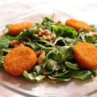Feldsalat mit Ziegenkäse und Walnüssen